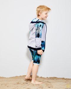 mały chłopak w bluzie